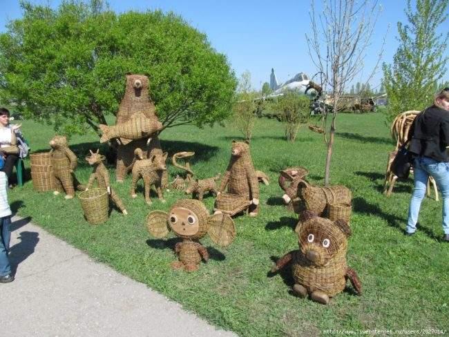 Плетеные животные в саду