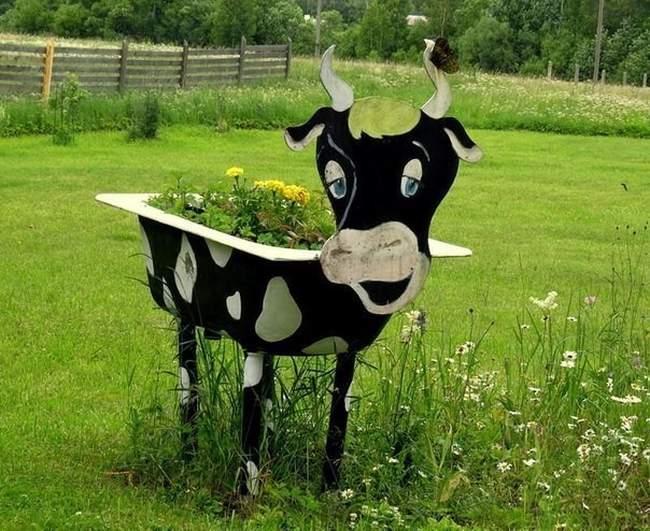 Цветник-корова из старой ванны