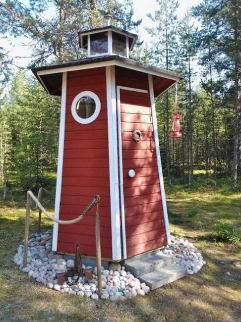 Дачный туалет в виде маяка