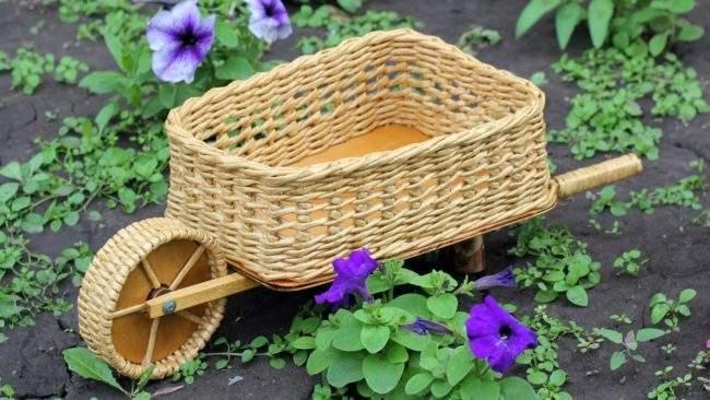 Плетеная тележка в дизайне сада