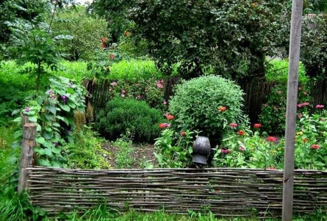 Плетеный забор. Сельский стиль сада