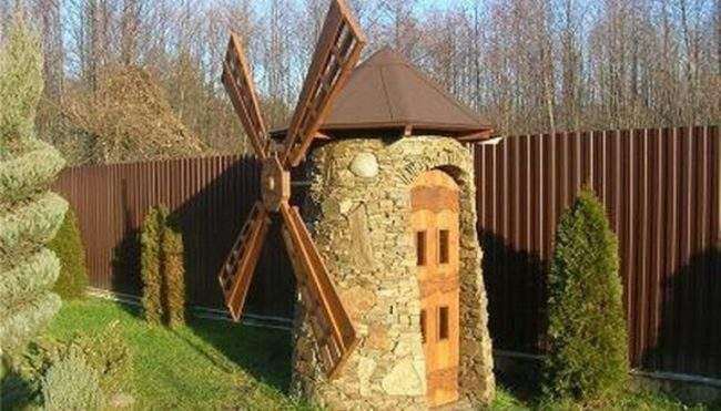 Туалет для дачи в виде мельницы
