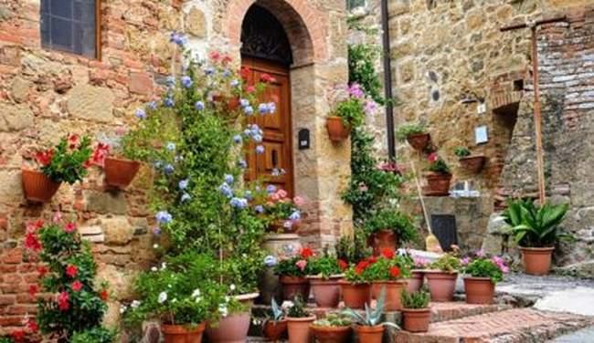 Как украсить сад вазонами и контейнерами с цветами
