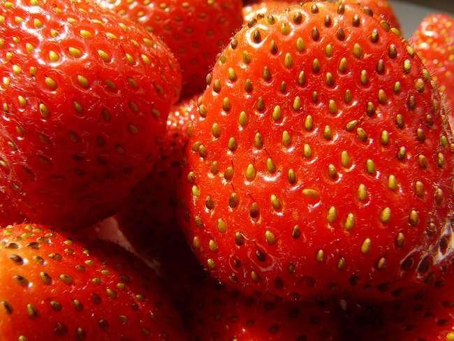 Семена клубники на ягоде