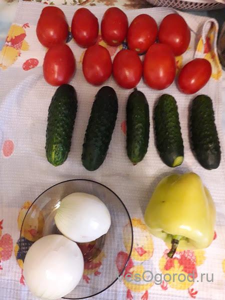 Ингридиенты для салата из томатов и огурцов в маринаде на зиму