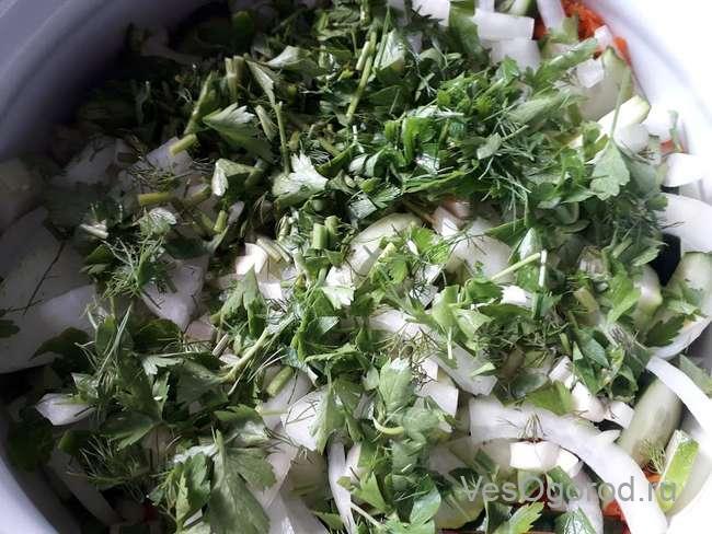 Подготовили зелень для салата Витаминный Плюс с капустой