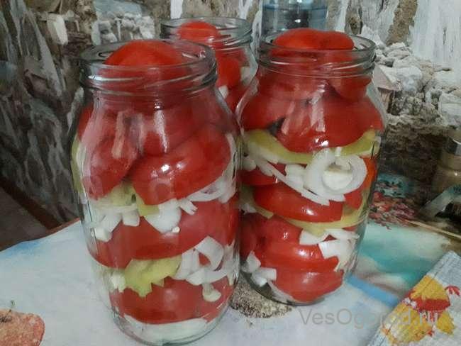 Закладываем помидоры до верху