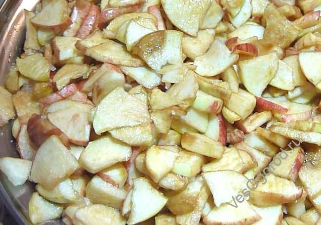 Оставляем дольки яблок сахариться без воды