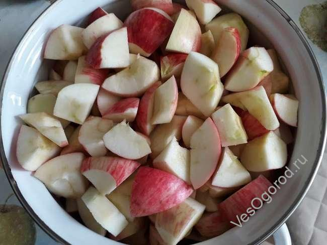 Режем яблоки на яблочный джем на зиму