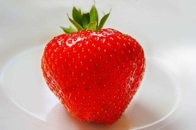 Семена на ягоде клубники